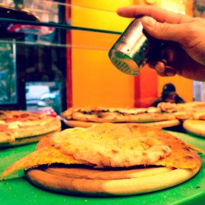 Torta di ceci o 5&5? La migliore la trovi alla pizzeria L'Angolo della Pizza - pizzeria a Cecina