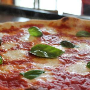Vera Pizza Napoletana, bordo alto e fiordilatte a pezzi - Pulcinella, L'Angolo della Pizza